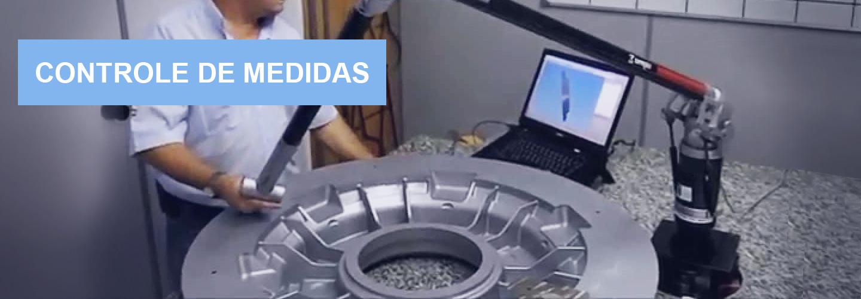 Técnico medindo peça com braço móvel tridimencional